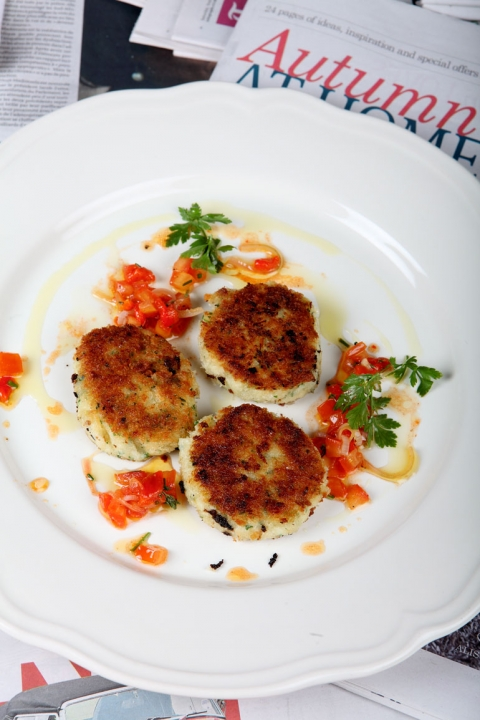 Fiskkaka på saltad torsk och potatis med ljummen tomat- och paprikasallad
