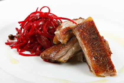 Grillad lammbringa med rödbetor och kapris