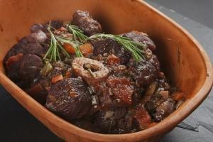 Kalvlägg mörkokta i rött vin och grönsaker