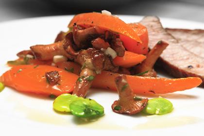 Ljummen sallad på kantareller morot och bondbönor
