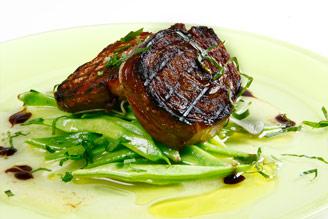 Grillad mörkokt lammbringa med gröna bönor | Recept