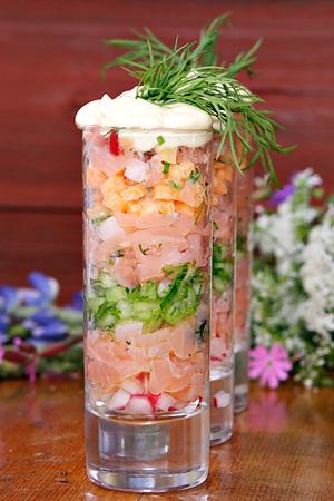 Gravlaxsnaps med senapsmarinerad morot, gurka, rädisa och senapsgrädde recept