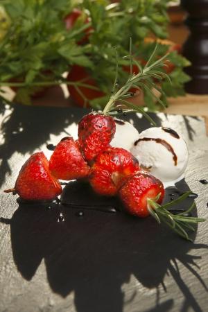 Jordgubbar på rosmarinkvist med balsamicoreduktion och vaniljglas