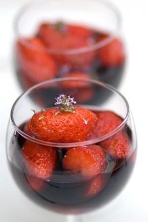 Rödvinsmarinerade jordgubbar