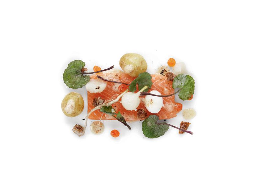 Mitt nära kök Recept: Löktrav, regnbågslax med kaviar och syrad färsklök