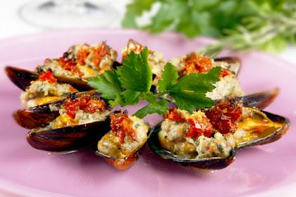 Recept: Vinkokta blåmusslor fyllda med kalvfärs, parmesan och örter Moules farci