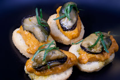 Kanapé med paprikakräm och rökt mussla