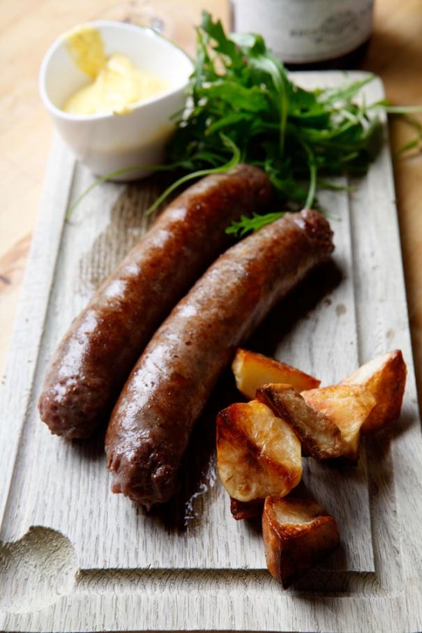 Korven av hängmörat kött med frites och béarnaise