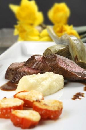 Lammytterfilé Recept | Lammytterfilé med getostfyllda körsbärstomater, kronärtskocka och palsternackspuré