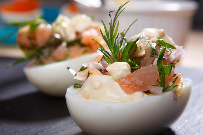 Fyllda ägghalvor med gravad lax och senapscrème fraiche