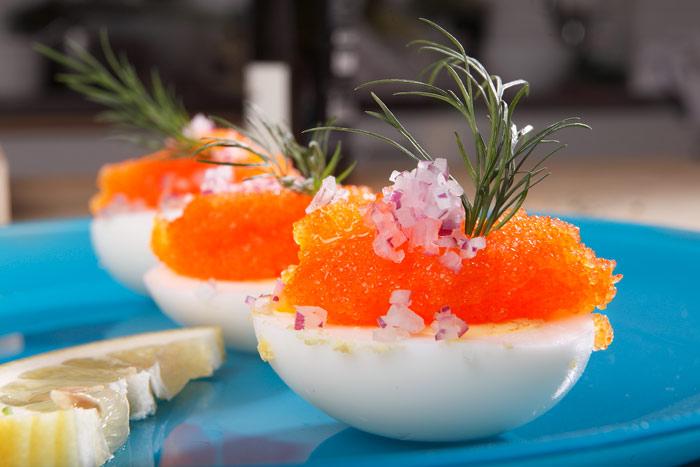 Fyllda ägghalvor med löjrom, rödlök och citroncrèmefraiche och dill