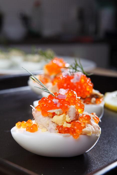 Fyllda ägghalvor rökt makrill och forellrom pepparrotssås