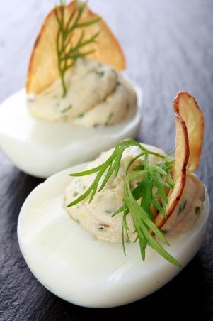 Recept Påskägg -fyllda ägg med ansjovis, potatis, gräslök och dill med friterad potatis