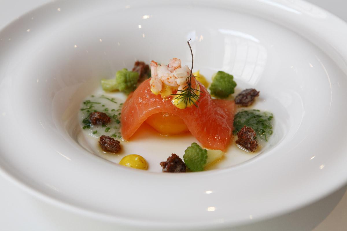 Restaurang Lux: Krämbakat ankägg från Lundby Gård med granriseldad skärgårdsregnbågslax, raps och laxkaviar