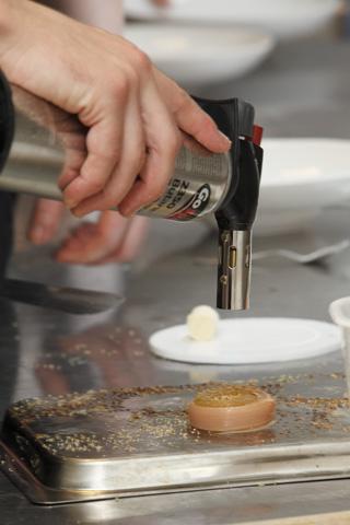 Restaurang Lux: Glasad rabarber med kardemumma yoghurtglass och spunnet socker