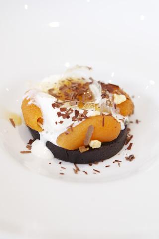 Restaurang Lux: Nygräddad chokladbakelse med stenfrukt, gräddfilsglass och honungssötma restaurang Lux