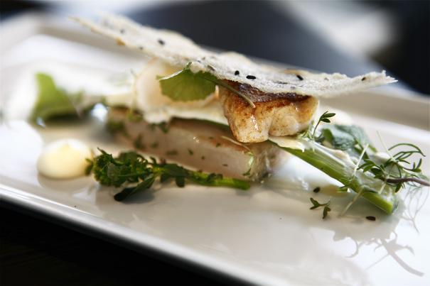 Restaurang Lux Gravad och stekt abborre från Ängsö, kräfta med dillsmak, Stenhusegårds sparris och vårblad