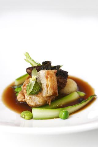 Restaurang Lux:Smörbrynt primörkyckling från Hagby Gård, stekta toppmurklor, nässeldressing och nyskördad potatis