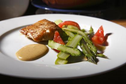 Sparris med smörstekt gösfilé hasselnötshollandaise