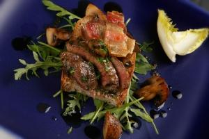 Kycklinglever med champinjoner, smörstekt valnötsbröd och valnötsvinägrette