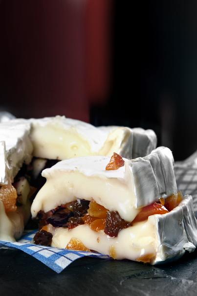 Camembert fylld med russin, aprikoser och chokladmandlar