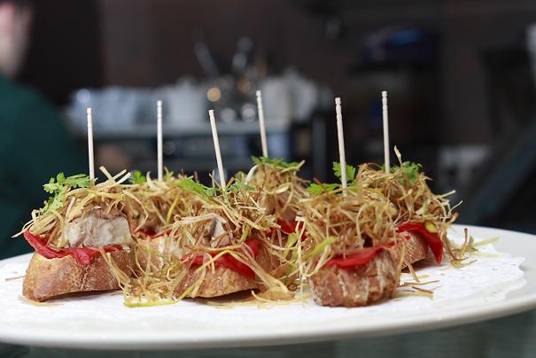 Pintxo med tonfisk, paprika och friterad purjolök