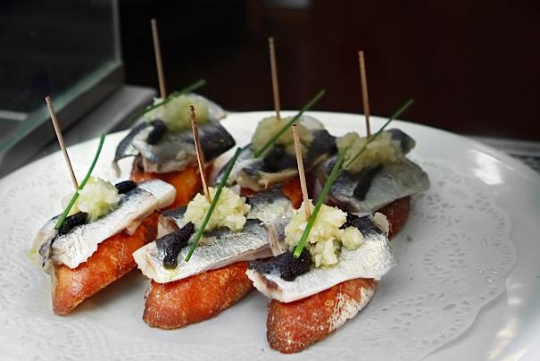 Pintxo med sardiner, lök och oliver