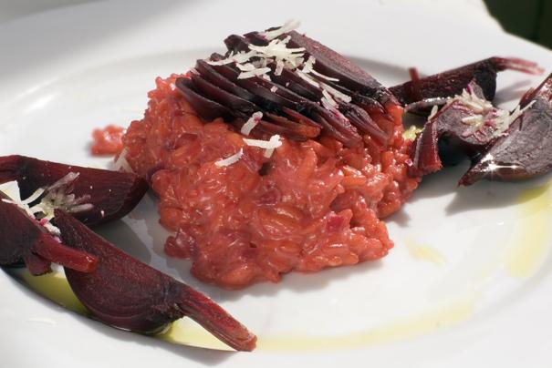 Rödbetsrisotto med pecorino- och parmesanost och kokta rödbetor
